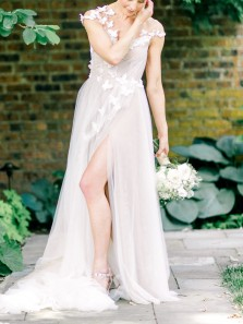 Simple A-Line Round Neck Backless White Tulle Wedding Dresses with Appliques
